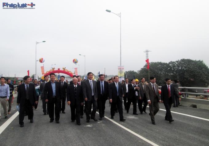 Lãnh đạo và nhân dân phấn khởi vì cầu Tân Phong hoàn thành sớm hơn dự kiến.