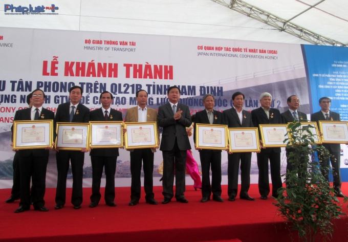 Bộ trưởng Bộ GTVT Đinh La Thăng tặng bằng khen cho các cá nhân tập thể xuất sắc.