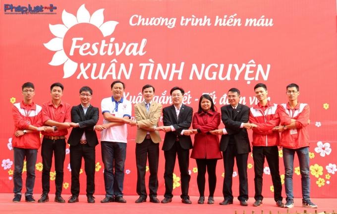 Ban tổ chức Festival Xuân tình nguyện 2016 chụp ảnh lưu niệm tại ngày hội.(Ảnh: Đức Biên)