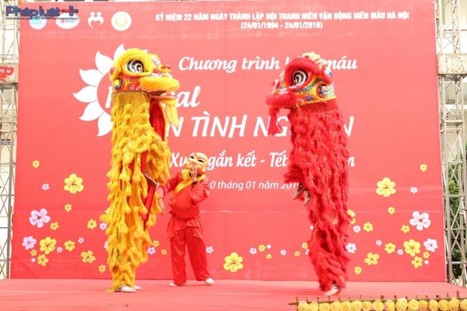 Tiết mục múa lân chào Xuân Bính Thân 2016.(Ảnh: Đức Biên)