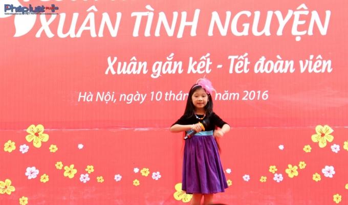 Tưởng thành từĐồ Rê Mí 2015, ca sĩ nhí Ngọc Giàugóp tiếng hát trong chương trình nhân văn này.(Ảnh: Đức Biên)