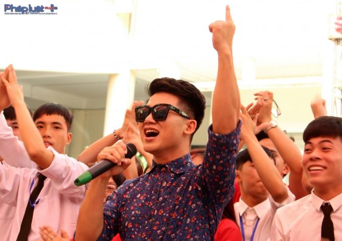 Ca sĩ Việt Tú gắn bó lâu dài với các chương trình về máu.(Ảnh: Đức Biên)