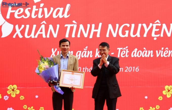BS Phạm Tuấn Dương trao bằng khen của Hội Chữ thập đỏ Việt Nam cho Trường CĐ Sư phạm TW với thành tích xuất sắc trong phong trào hiến máu tình nguyện 2015. (Ảnh Đức Biên)