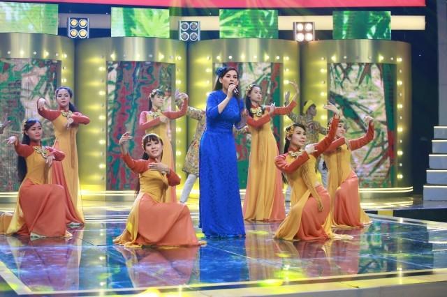 """Phi Nhung được khán giả yêu mến đặt cho biệt danh """"Nữ hoàng băng đĩa"""". (Ảnh: Vnexpress.net)"""