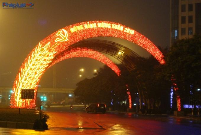 Cổng chào rực rỡ bằng đèn điện tại Đại lộ Thăng Long.(Ảnh: Đức Biên)