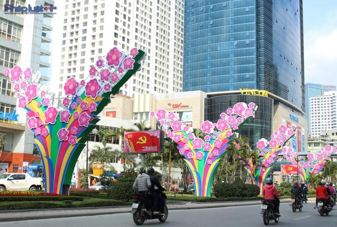 TP Hà Nội đang cố gắng trang trí theo chủ đề từng sự kiện như TP HCM. (Ảnh: Đức Biên)