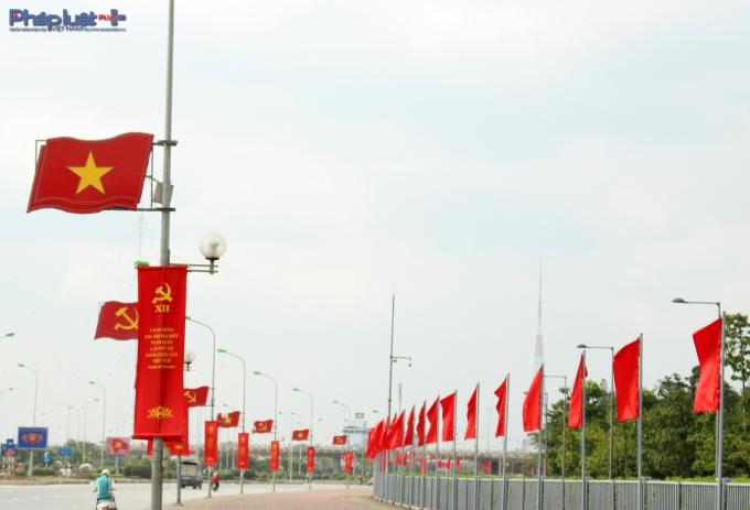 Hàng cờ phấp phới tại Trung tâm hội nghị Quốc gia.(Ảnh: Đức Biên)