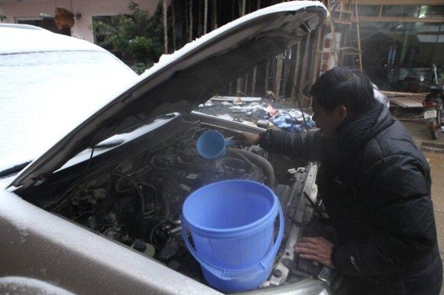 Dội nước sôi lên cốc lọc dầu, đường dẫn dầu để làm máy nóng trở lại.(Ảnh: Diễn đàn otofun.net)