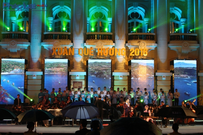 Chương trình diễn ra tại Quảng trường ngoài trời Cách mạng tháng Tám. (Ảnh: Đức Biên)