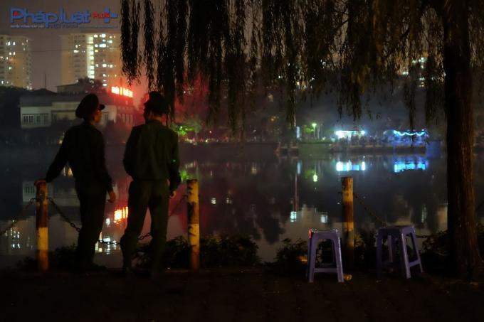 Hai chiến sĩ trẻ đang trực canh gác đảm bảo tuyệt đối an toàn không để người dân lại gần trận địa pháo hoa.