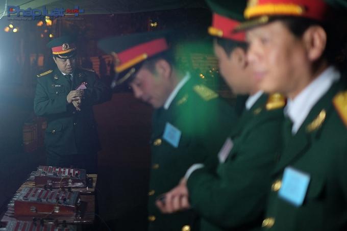 Trung tá Nguyễn Lê Nam (bìa trái) đếm ngược 20 giây để bắt đầu trận pháo hoa. Ngay bên cạnh là tổ điều khiển gồm 6 người: 1 chỉ huy bắn, 2 người bắn trực tiếp, 1 người bấm thời gian và 2 người phục vụ.