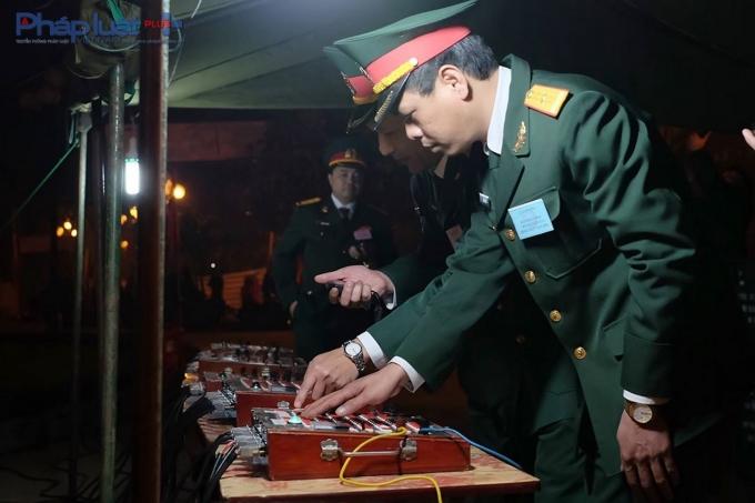 Chính thức khai hỏa. Có tất cả 5 bàn điều khiển sẽ được lần lượt sử dụng trong suốt quá trình bắn. Mỗi cán bộ đều được tập huấn kỹ càng, nhiều người đã có kinh nghiệm bắn pháo hoa đến hàng chục năm nên mọi kỹ năng đều rất nhuần nhuyễn.