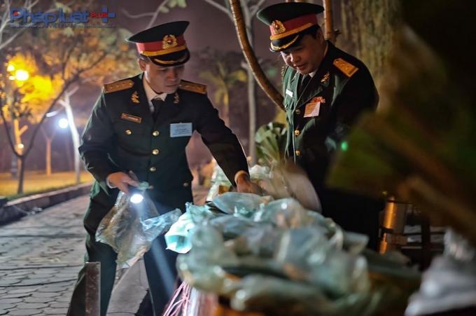 Trung tá Nguyễn Lê Nam - Chỉ huy trưởng Ban Chỉ huy Quân sự Quận Hà Đông, Chỉ huy trưởng trận địa pháo hoa (bên phải) đang trực tiếp kiểm tra, hướng dẫn cán bộ tháo gỡ những túi ni lông bọc trên đầu pháo trước khi bắn.