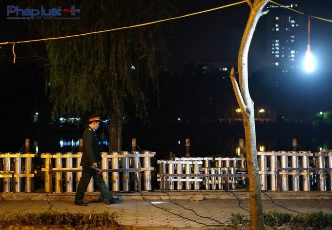 Trung tá Nguyễn Đình Thiện - Phó Chỉ huy trưởng, tham mưu trưởng Bộ Chỉ huy Quân sự Quận Hà Đông, trực tiếp chỉ huy trận địa pháo hoa cẩn thận kiểm tra trận địa một lần nữa.