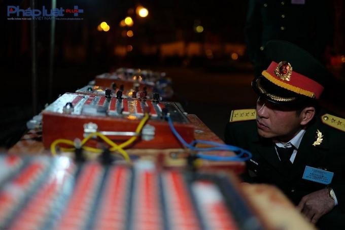 Một chiến sĩ đang kiểm tra lại những bàn điều khiển.
