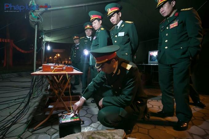 Sau khi mọi công tác kiểm tra hoàn thành tốt, điện được đấu vào bàn điều khiển và trận địa pháo sẵn sàng.