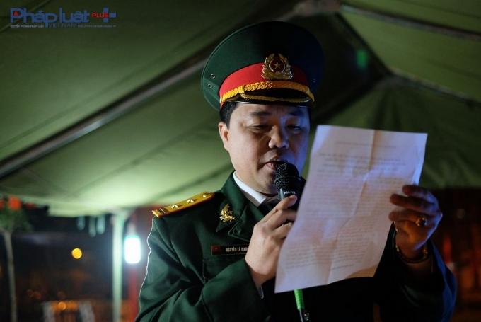 Trung tá Nguyễn Lê Nam đọc thông báo đến toàn bộ người dân quanh khu vực về sự kiện quan trọng này.