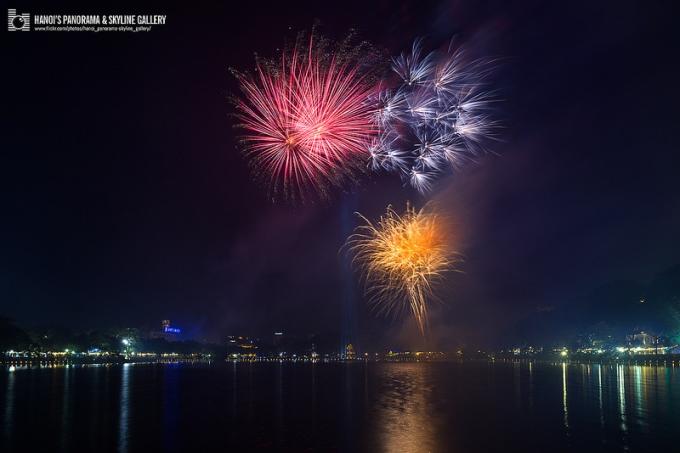 Lung linh sắc màu pháo hoa tại Hồ Gươm
