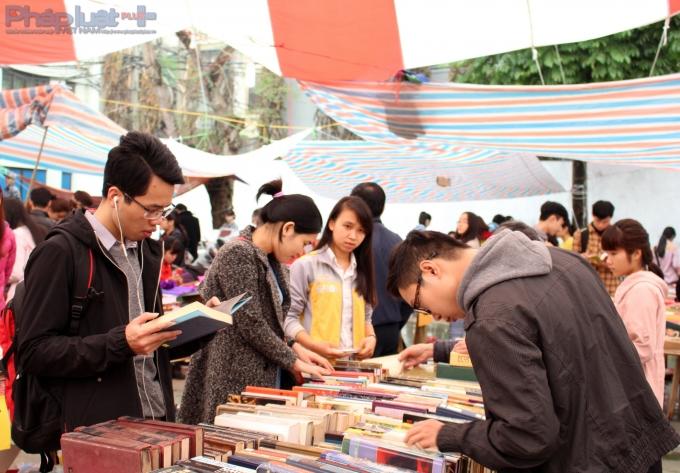 Giới trẻ hào hứng nghe hát ca trù ở chợ sách cũ Hà thành