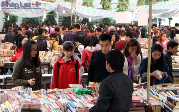 Ở Chợ phiên sách cũ có hàng tấn sách được bán ra. (Ảnh: Đức Biên)
