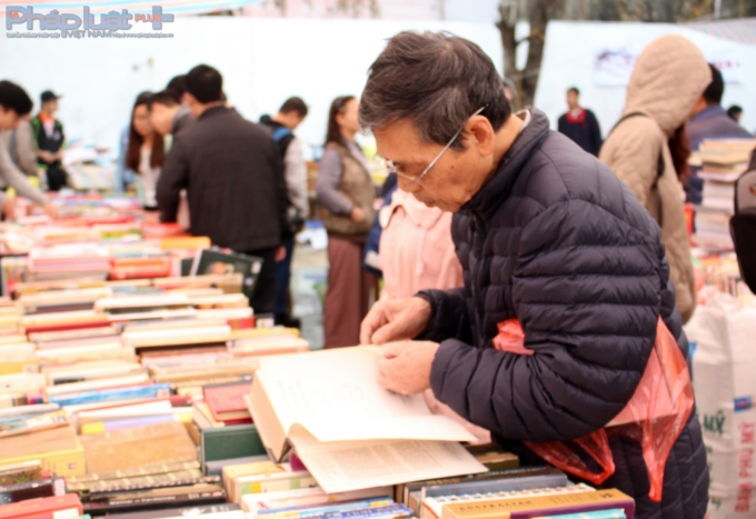 đây còn là dịp để những người lớn tuổi sưu tầm những cuốn sách lớn, cuốn sách kinh điển,