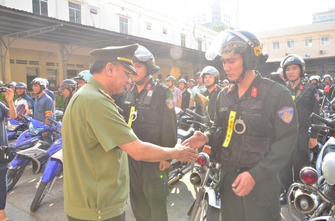 Đồng chí Giám đốc bắt tay động viên các chiến sĩ trước khi lên đường làm nhiệm vụ.