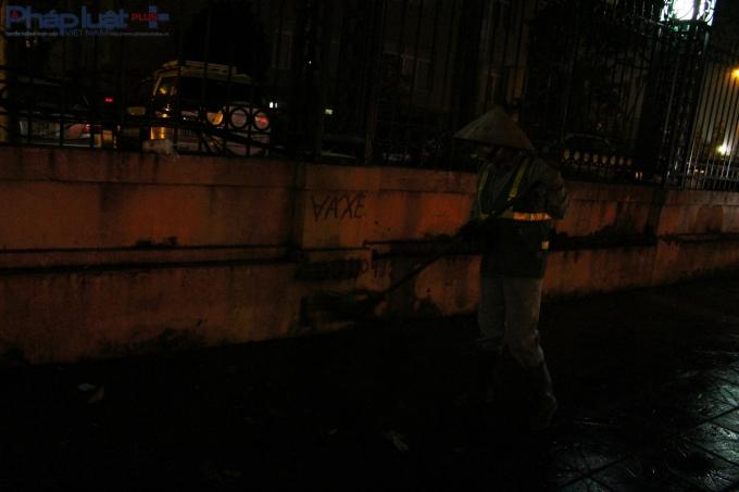 Khi mà đường phố mới chỉ lác đác vài xe cộ, những cô lao công đã gần hoàn thành công việc thường ngày. (Ảnh: Đức Biên)