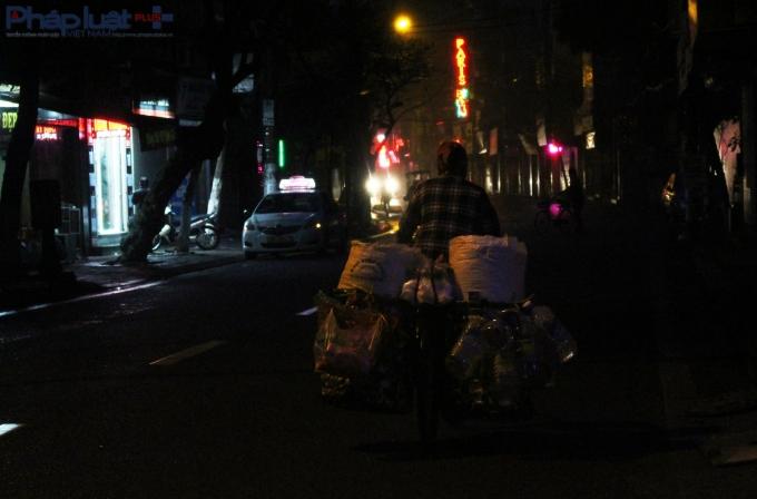 Những chuyến xe đạp chật vật di chuyển đến chợ phiên để bán hàng.(Ảnh: Đức Biên)