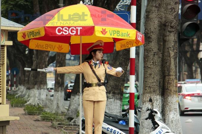 Tại đây, nữ CSGT được giao nhiệm vụ đứng tại bục để điều khiển giao thông.