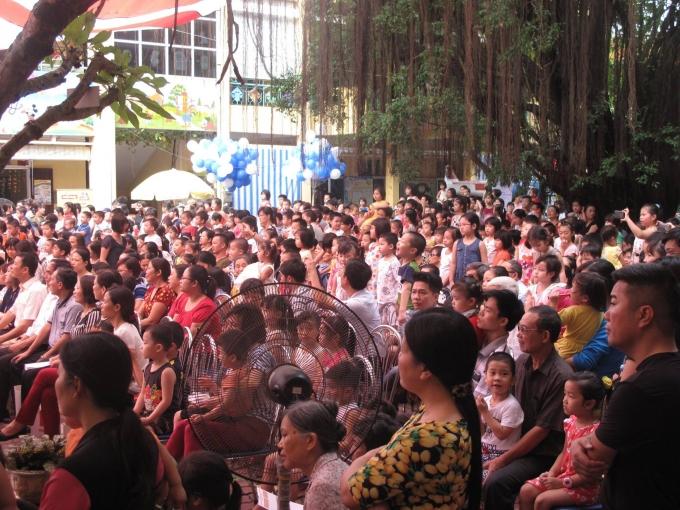 Đông đảo phụ huynh cùng các em nhỏ tham dự lễ phát động Ngày vi chất dinh dưỡng 2016