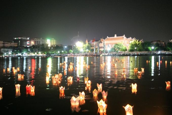 Hàng ngàn chiếc hoa đăng được hàng ngàn phật tử, nhân dân thả trong dịpĐại lễ Phật đản Phật lịch 2560 - Dương lịch 2016.