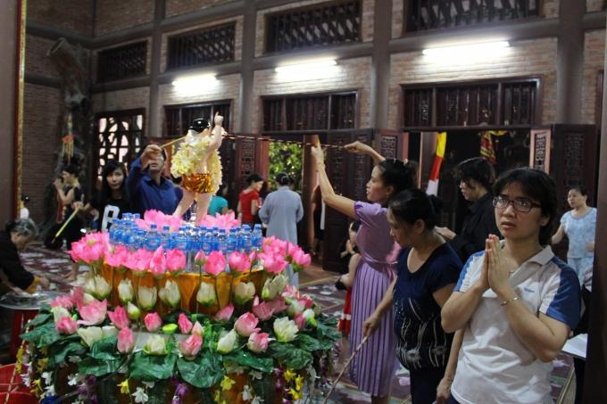 Lung linh sắc màu hoa đăng tại Chùa Bầu - Hà Nam