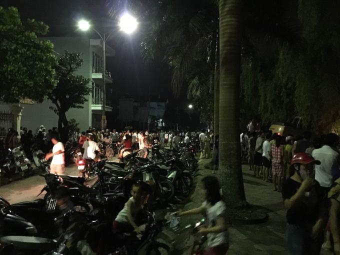 Rất đông người dân sống quanh khu vực này đến hiện trường đều hy vọng tìm thấy nạn nhân.