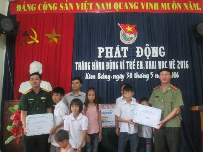 Những phần quà nhỏ được trao cho những trẻ em mồ côi, có thành tích học tập xuất sắc.