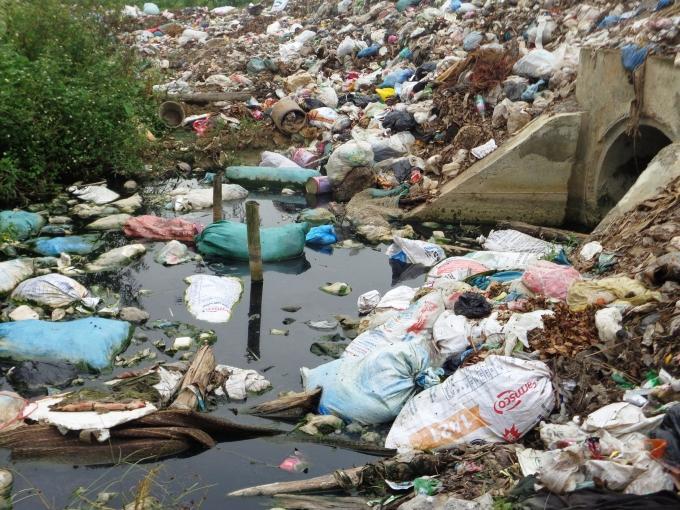 Không chỉ trên mặc đường, rác thải còn nổi đầy mặt kênh.