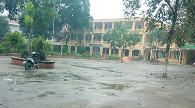 Theo giáo viên nhà trường cho biết, có em đến trường định vào học nhưng bị ngăn cản ngoài cổng nên không thể vào lớp.