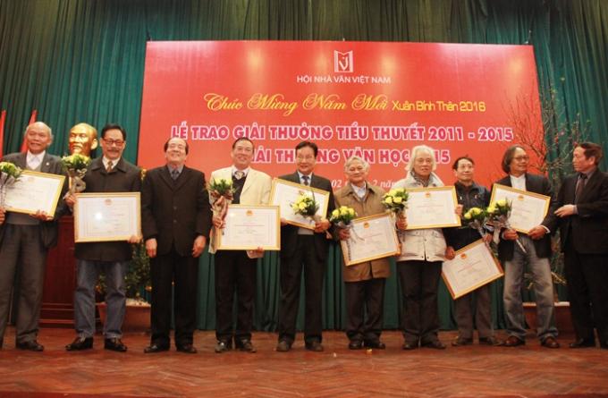 Các tác giả nhận giải tại Lễ trao thưởng cuộc thi tiểu thuyết lần thứ 4 (2011 - 2015) và Giải thưởng văn học 2015.
