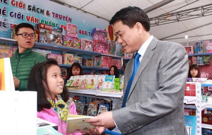 Chủ tịch UBND Thành phố Hà Nội Nguyễn Đức Chung tham quan phố Sách Xuân 2016. Ảnh: Internet