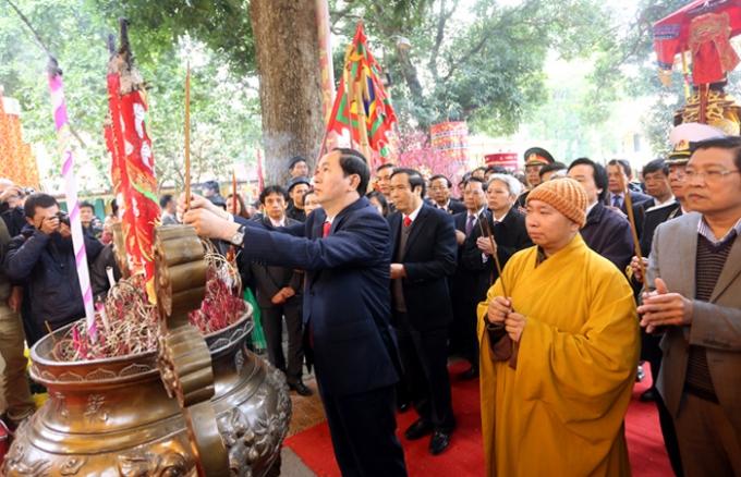 Đại tướng Trần Đại Quang dâng hương tại điện Kính Thiên.