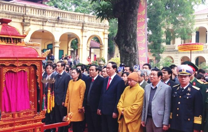 Đại tướng Trần Đại Quang cùng các thành viên trong đoàn đứng trước sân Đoan Môn chuẩn bị vào dâng hương.