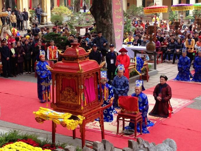 Lễ dâng hương tưởng nhớ các bậc tiên đế, tiên hiền tại Hoàng thành Thăng Long thể hiện truyền thống uống nước nhớ nguồn của dân tộc.