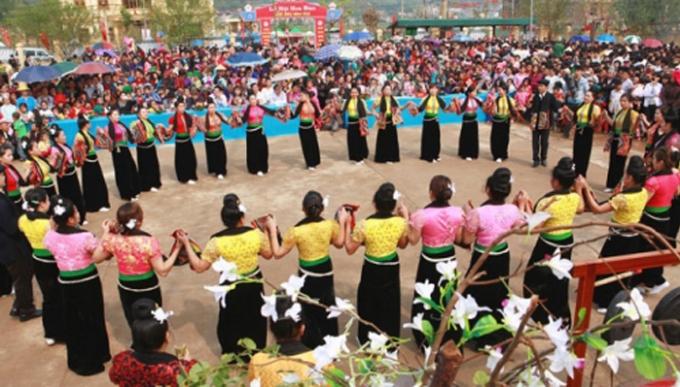 Đến Lễ hội hoa Ban du khách có thể hòa mình trong những điệu Xòe Thái nồng nàn. Ảnh: Internet