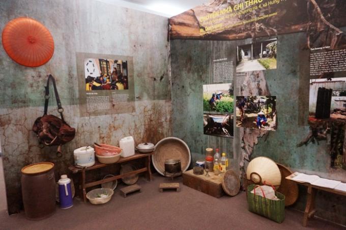 Triển lãm có góc trưng bày những đồ dùng sinh hoạt hằng ngày của một gia đình sống trong cảnh bão lũ (Ảnh: Internet).