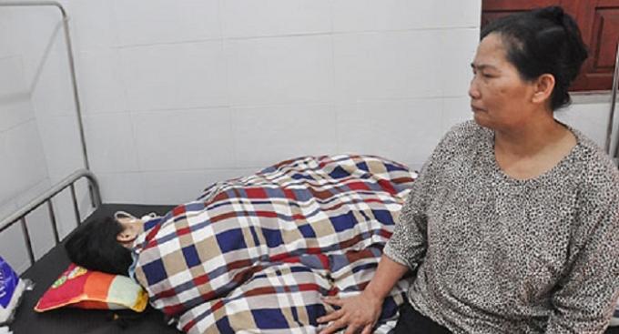 Bà Hoàng Thị Mì hết lòng chăm con gái tại bệnh viện.
