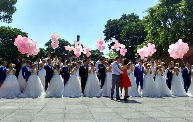 Gần 40 cặp đôi dâu rể xúng xính trong những chiếc váy cưới tinh khôi đã cùng thực hiện một album ảnh cưới tập thể khiến hàng nghìn người không khỏi ngạc nhiên.