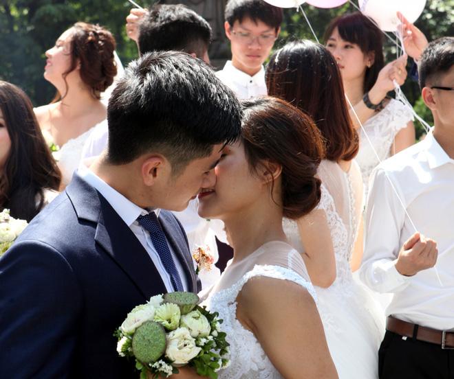Không ngần ngại trao cho nhau nụ hôn nồng cháy giữa phố đông.