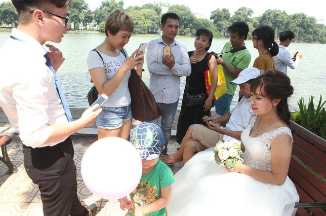 Rất nhiều du khách có mặt tại không gian phố đi bộ vui mừng với sự xuất hiện của 40 cặp đôi.