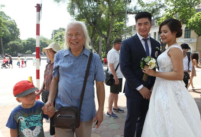 Nhiều người cao tuổi cũng vui mừng trước sự xuất hiện của 40 cặp đôi.