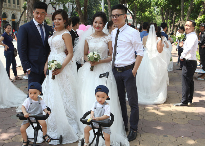Các cặp đôi thích thú chụp ảnh cùng nhiều em bé với mong muốn sớm có thêm thành viên khi cùng nhau xây dựng gia đình.