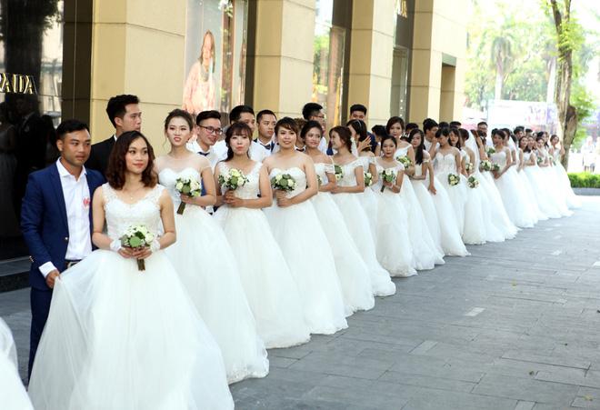 Sau khi chụp ảnh tập thể tại Nhà hát lớn, các cặp đôi đã di chuyển ra khu vực tượng đài Lý Thái Tổ.